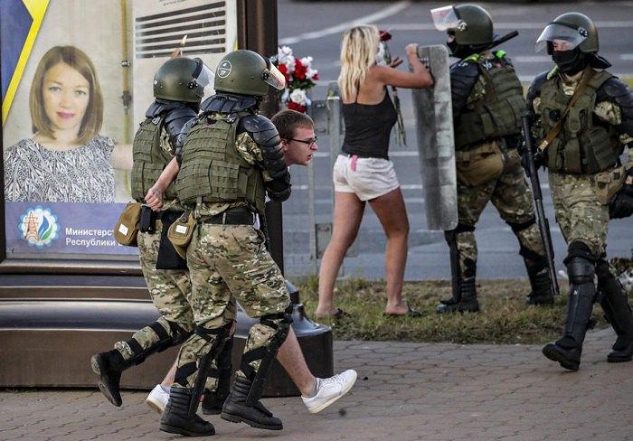 Білоруський військовий спецназ затримує чоловіка під час акції протесту у Мінську