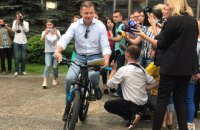 Ляшко приехал в Администрацию президента на велосипеде