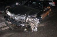 В Киеве женщина за рулем Mercedes вылетела на тротуар и протаранила три авто