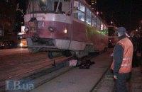 На улице Тростянецкой в Киеве пьяный мужчина упал на рельсы перед трамваем