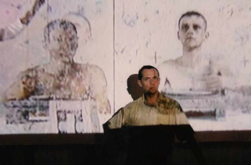 Виктор Сидоренко на фоне работы из проекта Жернова времени