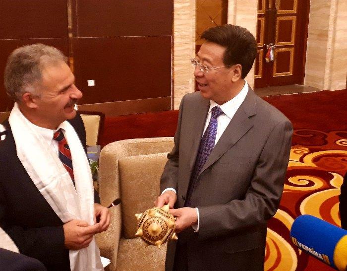 Глава Тибетского Автономного Района У Инцзе (справа) и депутат ВР Украины Виктор Еленский