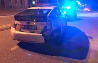 В центре Киева мужчина угнал полицейский автомобиль и сбил патрульную