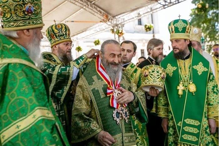 Митрополит Онуфрий ( в центре) во время награждения орденом Святого апостола Андрея Первозваного