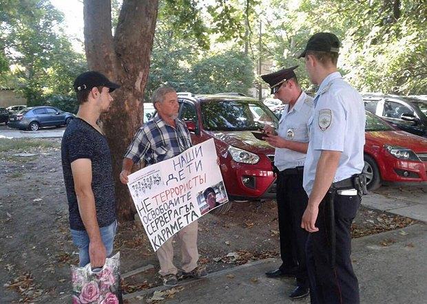 Сотрудники милиции арестовывают еще одного участника одиночного пикета
