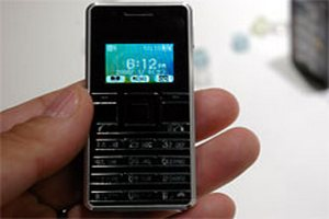 В Японии создан самый маленький в мире телефон, сравнимый со спичеченым коробком