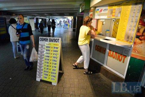 У червні українці продали валюти банкам вп'ятеро більше, ніж купили