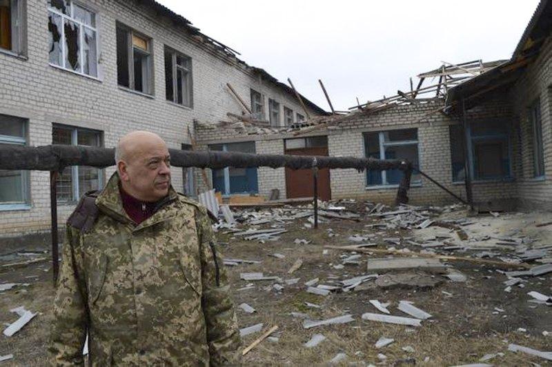 Голова Луганської обласної військово-цивільної адміністрації Геннадій Москаль під час огляду селища Троїцьке після обстрілів