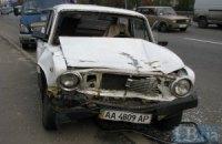 У Києві літній чоловік не впорався з керуванням машиною і потрапив в аварію