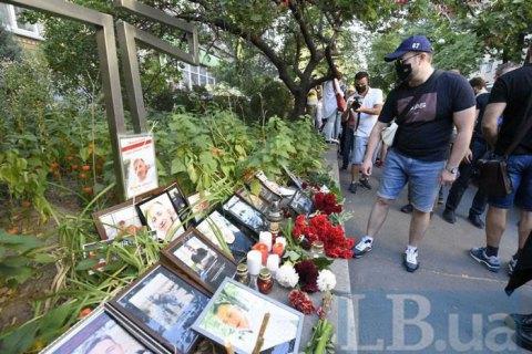 Киевляне несут цветы и свечи к посольству Беларуси после смерти активиста Шишова