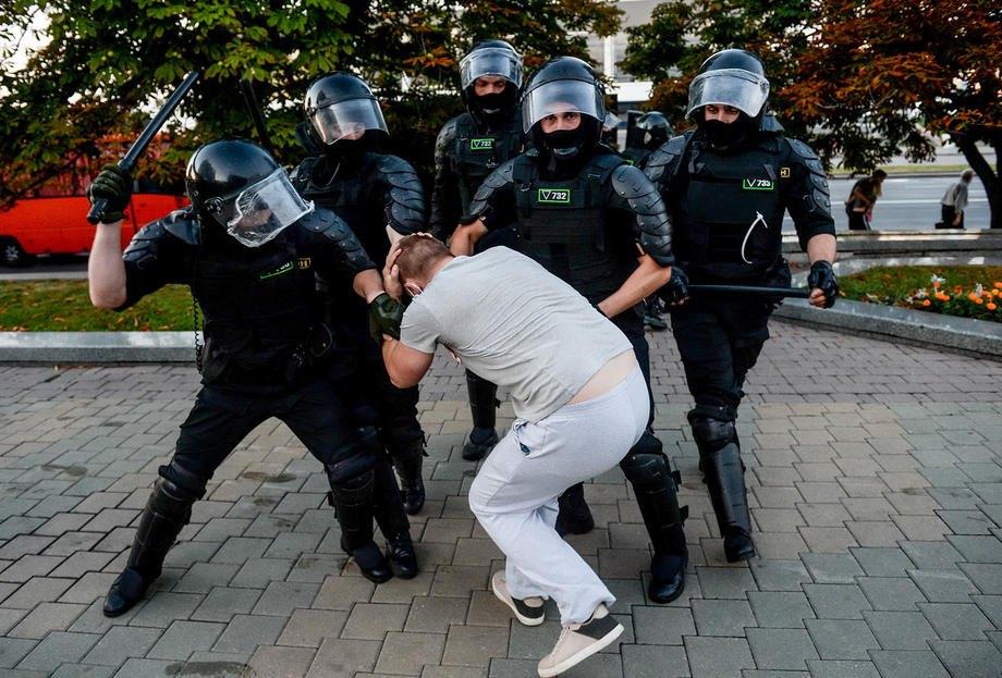 Во время 'задержания' активиста в Минске, 9 августа, 2020