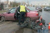 В Киеве невнимательный водитель авто сбил мотоциклиста