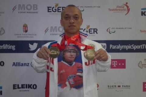 Російського пауерліфтера відсторонили від змагань через футболку з Путіним