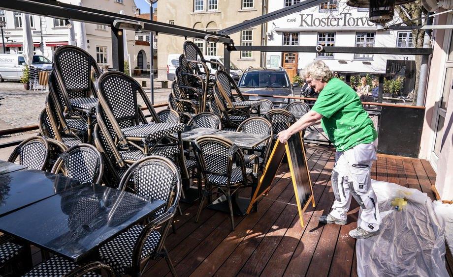 Кафе Obels Plads готується до відкриття для гостей на терасах та всередині закладу, Ольборзі, Данія, 16 квітня 2021 р.