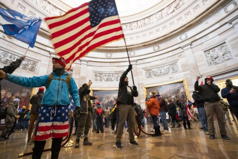 В США идентифицировали 400 участников штурма Капитолия и выдвинули обвинения 135 из них