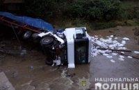 У Закарпатській області фура злетіла з моста в річку, водій загинув