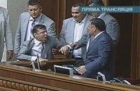Депутаты отказались изменить закон о языках. В Раде возникла потасовка