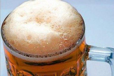 Патрульні Львова оштрафували чоловіка, який демонстративно пив пиво в трамваї