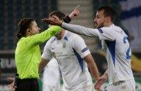 Монзуль была строга в своем дебютном матче в Лиге Европы, показав 9 желтых карточек