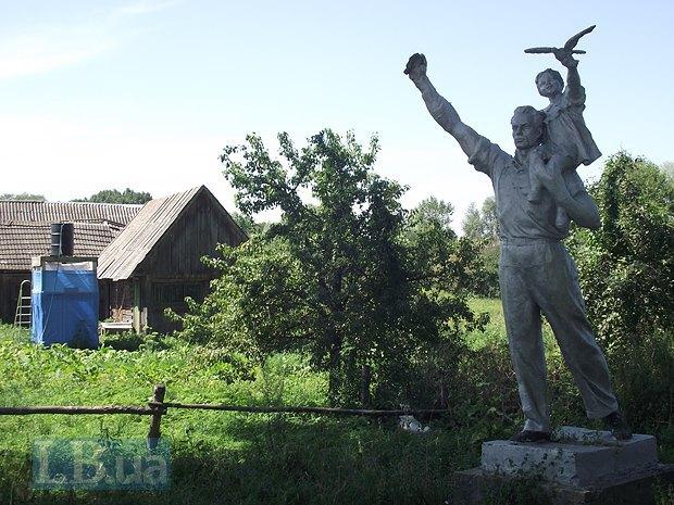 Памятник-калька советской эпохи. Лицо мужчины совершенно не учитывает антропологию местных жителей и является скорее канонизированным воплощением образа русского рабочего