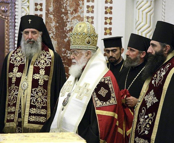 Глава ГПЦ Патриарх Илия II (в центре)