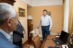 Янукович показал свой iPhone и компьютер