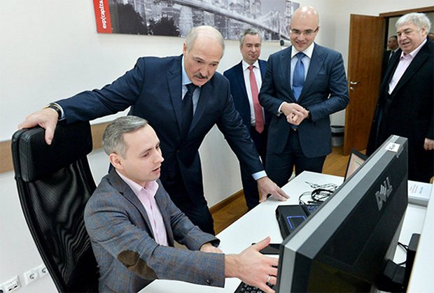 Александр Лукашенко во время визита в компании ИТ-бизнесмена Виктора Прокопени, 13 марта 2017.
