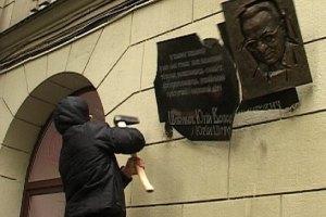 Харьковские милиционеры не считают разбитую доску Шевелеву нарушением закона