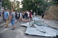 Протестующие снесли забор вокруг уничтожаемого застройщиком парка в Соломенском районе Киева