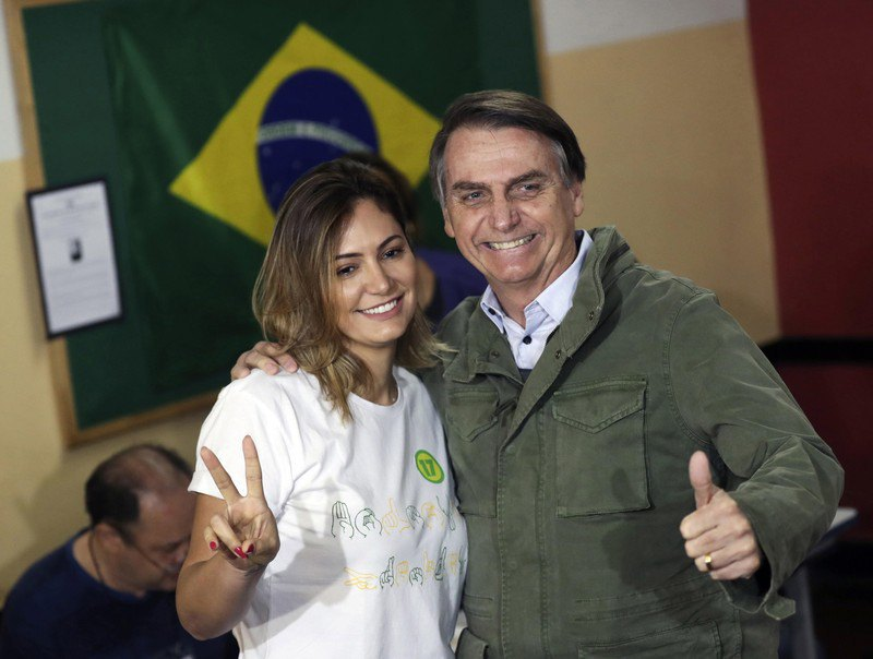 Жаир Болсонару и его супруга Мишель после голосования на избирательном участке в Рио-де-Жанейро, Бразилия, 28 октября 2018.