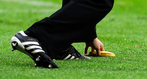 Стюарт піднімає кинутий хорватськими вболівальниками банан