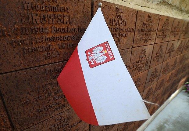 Во время церемонии памяти Катынской трагедии возле мемориала в Катынском лесу, Россия, 10 апреля 2015.
