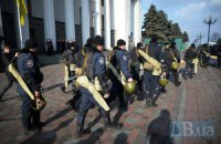 МВД не исключает, что силовики сняли оцепление ВР и АП из-за принятого постановления
