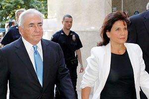Экс-глава МВФ отметил выход из-под ареста ужином с женой