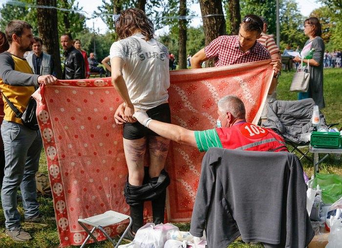 Лікарі надають медичну допомогу людям, які зазнали тортур і побиття з боку поліції