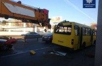 Автокран протаранил стрелой маршрутку в Одессе, трое пострадавших