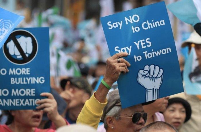 Прихильники незалежності Тайваню під час маршу в Тайбеї, 2018 р.