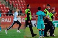 """В матче с участием """"Барселоны"""" фанат нарушил правило карантина и выбежал на поле для селфи с Месси"""