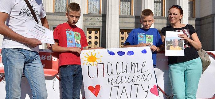 Родини важкохворих під час мітингу під стінами парламенту