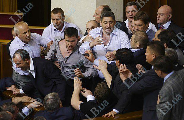 Некоторые депутаты успели предусмотрительно снять пиджаки