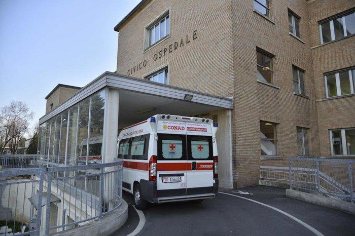 Швидкі привозять хворих у міську лікарню Codogno в Лоді, північна Італія