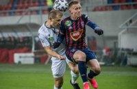 Украинского футболиста с серьезной травмой унесли с поля на носилках в матче чемпионата Венгрии