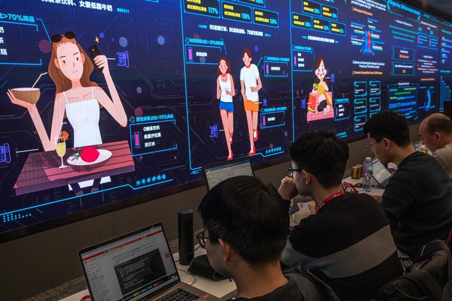 Сотрудники работают в штаб-квартире китайского гиганта электронной коммерции JD.com во время торгового фестиваля 11.11 в Пекине, Китай, 11 ноября 2020 г.