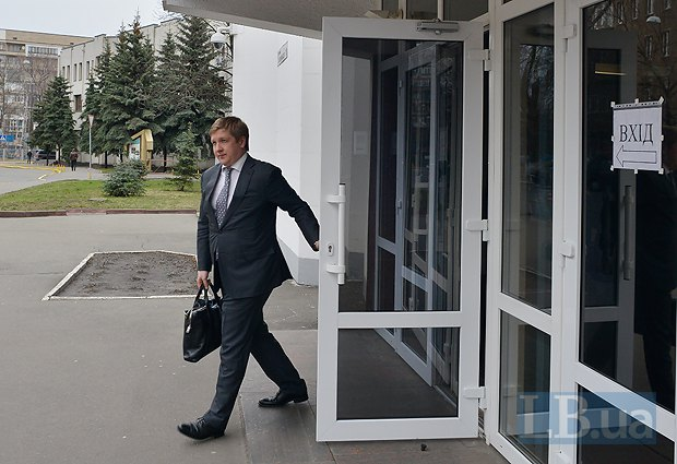 Глава Нафтогаза Андрей Коболев выходит через центральную проходную МВД после двухчасового допроса по делу о задолженности компаний Фирташа перед украинскими госкомпаниями
