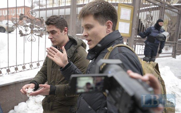 Віталій Устименко (ліворуч), якого побили тітушки на суді по Труханову