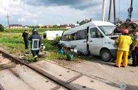 В Черновицкой области двое людей погибли при столкновении микроавтобуса с поездом на переезде