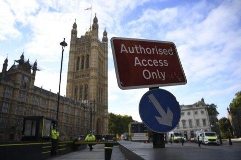 Британский парламент уйдет на четырехнедельный карантин
