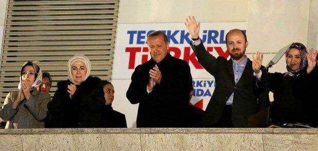 Реджеп Тайип Эрдоган и однопартийцы празднуют победу на выборах