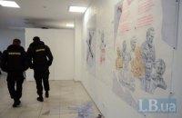 В Киеве люди в масках разгромили выставку Давида Чичкана