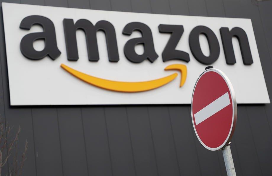 Логотип Amazon біля логістичного центру компанії у місті Верне, Німеччина